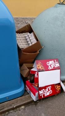 Krabice u kontejnerů